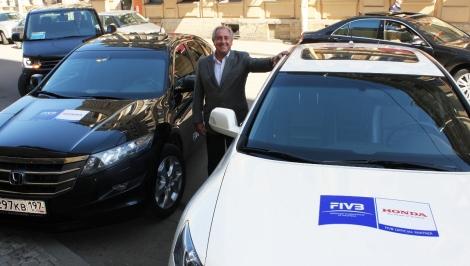 Presidente da FIVB, Ary Graça, pousa entre os carros da marca. Foto: GettyImages
