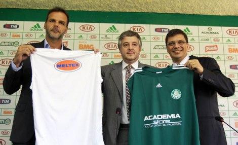 Paulo Nobre e executivos da Meltex apresentam nova camisa do basquete.