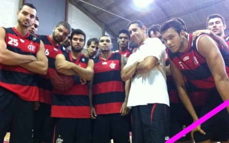 Cantor Naldo posa para fotos com o elenco do Flamengo antes da final.